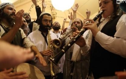 הרחק מישראל: האירוע המלהיב בעולם האמונה היהודי הוא ראש השנה באומן מאת נתן אודנהיימר