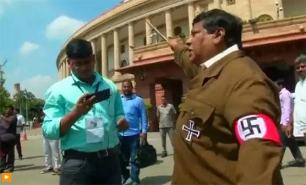 חבר פרלמנט בחר למחות נגד ראש ממשלת הודו – עם מדים של היטלר
