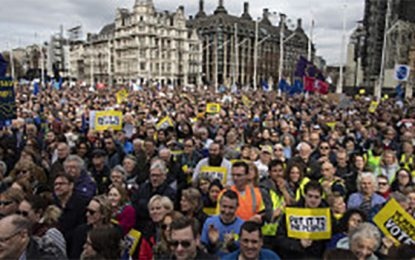 """מאות אלפי צועדים בלונדון: """"לא לברקזיט"""""""