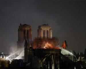 """הושגה שליטה על האש בקתדרלת נוטרדאם בפריז; מקרון: """"נבנה מחדש"""""""