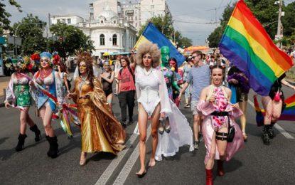 """""""חותרים נגד האפלייה"""": 8,000 איש במצעד הגאווה בקייב"""