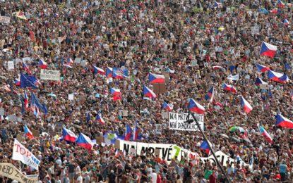 """""""לא נוותר על הדמוקרטיה"""": רבע מיליון איש הפגינו בפראג נגד רה""""מ צ'כיה"""