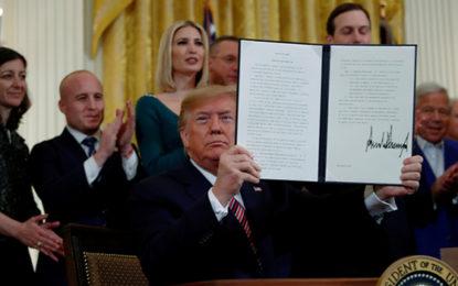 """טראמפ חתם על צו להכרת היהדות כלאום: """"לא נאפשר אנטישמיות"""" מאת איתמר אייכנר"""