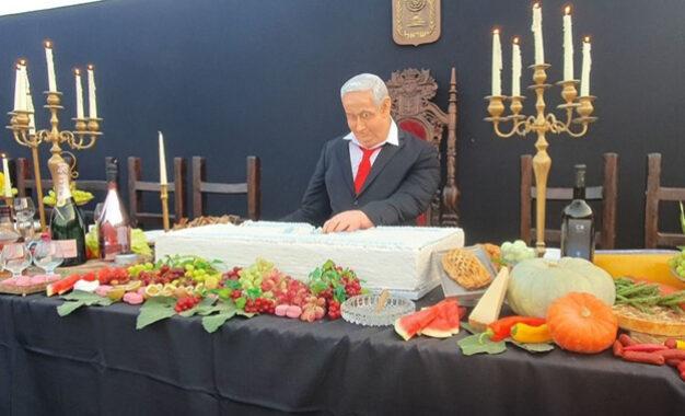 """מאת אור רביד""""הסעודה האחרונה"""": מיצב מחאה בכיכר רבין"""
