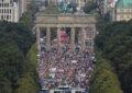 ימין קיצוני ומתנגדי חיסונים: אלפי מכחישי קורונה צעדו בברלין