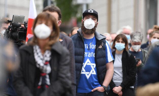 """""""אני רוצה לספר לכם שאני פוחדת"""": יהודים באירופה חוששים לעתידם"""